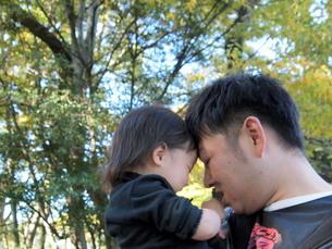 おでこを合わせる父子の写真素材 [FYI00109447]