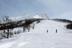 秋田駒ケ岳男岳山頂と田沢湖スキー場の写真素材 [FYI00109517]