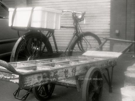 築地市場の脇に置いてある荷車の写真素材 [FYI00109526]