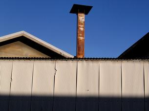 工場らしき建物の塀の外からの写真素材 [FYI00109533]