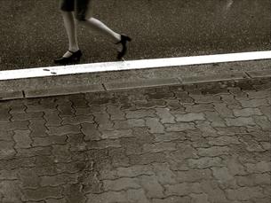 雨の日に出会った美しい瞬間の写真素材 [FYI00109546]