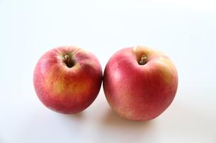 赤りんご2個 その2の写真素材 [FYI00109577]