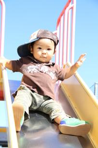 滑り台で遊ぶ男の子の写真素材 [FYI00109589]