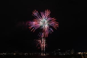 諏訪湖の花火1の写真素材 [FYI00109592]