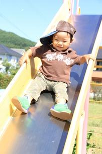 滑り台で遊ぶ男の子3の写真素材 [FYI00109594]