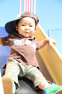 滑り台で遊ぶ男の子2の写真素材 [FYI00109597]