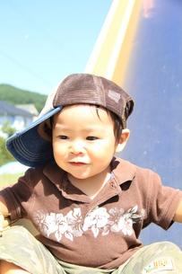 滑り台で遊ぶ男の子4の写真素材 [FYI00109610]