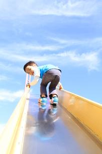 滑り台を登る男の子の写真素材 [FYI00109639]