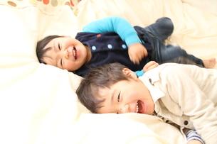 寝ころがる兄弟の写真素材 [FYI00109650]