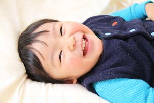 笑顔でごろんの写真素材 [FYI00109654]