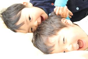 寝ころぶ兄弟の写真素材 [FYI00109663]