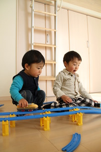 電車のおもちゃで遊ぶ兄弟2の写真素材 [FYI00109683]