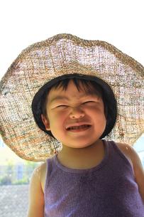 大きい帽子でニッコリの写真素材 [FYI00109755]
