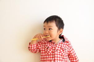 歯磨きしながらチラリの写真素材 [FYI00109793]