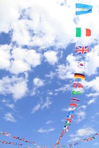 風に揺れる万国旗の写真素材 [FYI00109818]
