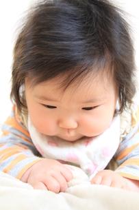 毛布で遊ぶ赤ちゃんの手の写真素材 [FYI00109862]