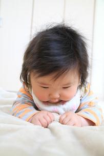 毛布で遊ぶ6か月の赤ちゃんの写真素材 [FYI00109864]