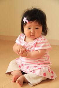 お座りする赤ちゃんの写真素材 [FYI00109896]
