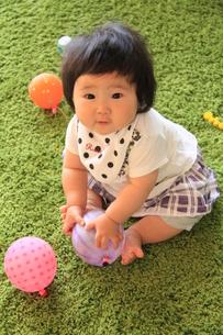 8か月の遊ぶ赤ちゃんの写真素材 [FYI00109908]