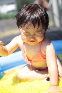 プールで遊ぶ女の子の写真素材 [FYI00109988]
