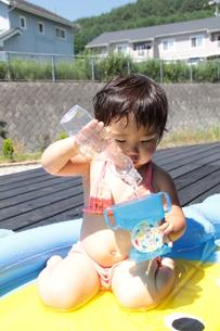 プールで遊ぶ女の子の写真素材 [FYI00110003]