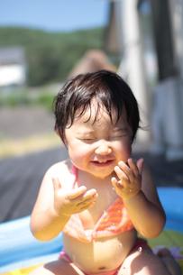 プールで遊ぶ女の子の写真素材 [FYI00110011]