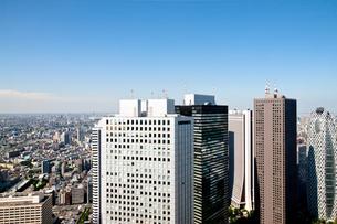 新宿高層ビル青空バック風景の写真素材 [FYI00110050]