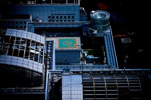 高層ビル屋上のヘリポートの写真素材 [FYI00110087]