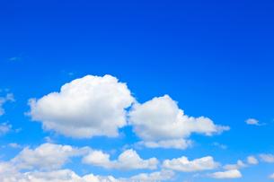青空と白い雲の写真素材 [FYI00110091]