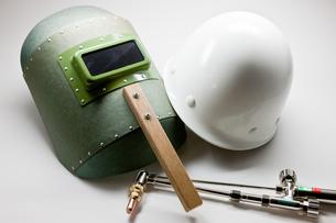溶接用具とヘルメットとバーナーの写真素材 [FYI00110102]