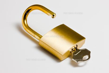 真鍮製の南京錠の写真素材 [FYI00110110]
