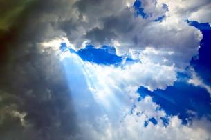 鮮やかな青空と入道雲と可視光線の写真素材 [FYI00110112]