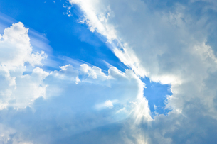 放射状の光と雲と青空の写真素材 [FYI00110116]