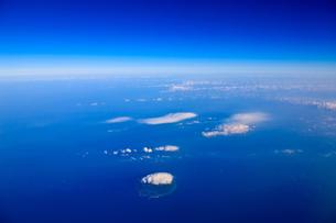 青空と海と雲と島の写真素材 [FYI00110124]