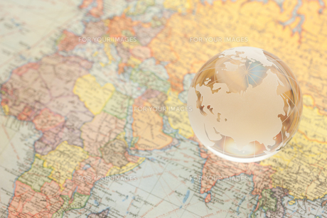 世界地図とガラスの地球儀の写真素材 [FYI00110126]