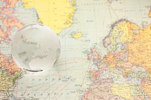 ヨーロッパの地図と地球儀の写真素材 [FYI00110128]