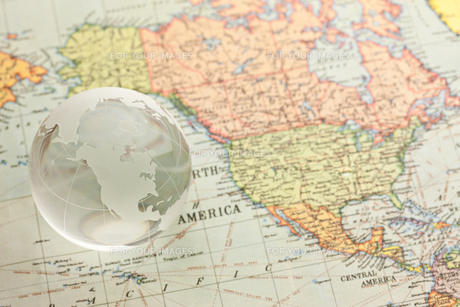 世界地図と地球儀の写真素材 [FYI00110129]