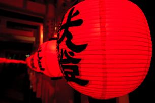 赤く光る提灯の写真素材 [FYI00110136]