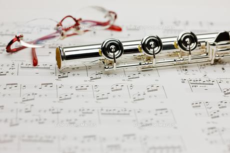 フルートと楽譜とメガネの写真素材 [FYI00110138]
