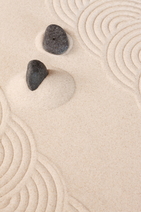 砂紋と石の写真素材 [FYI00110140]