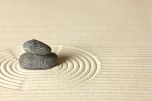 砂紋と積み石の写真素材 [FYI00110141]