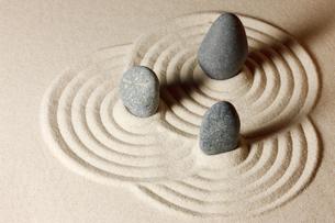 砂紋と石の写真素材 [FYI00110143]