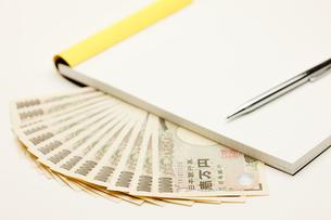 ノートと1万円とペンの写真素材 [FYI00110147]