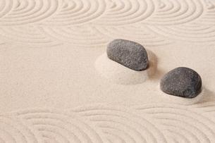 波状の砂模様と2つの石の写真素材 [FYI00110152]