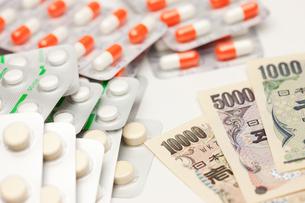 薬とお金の写真素材 [FYI00110159]