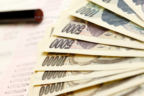 お金と銀行通帳と印鑑の写真素材 [FYI00110174]