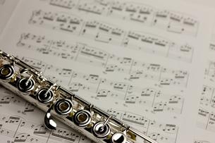 フルートと楽譜の写真素材 [FYI00110175]