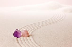 パワーストーンと砂紋の写真素材 [FYI00110177]