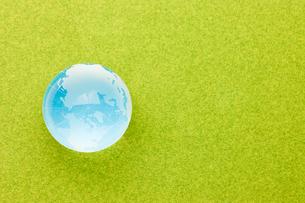 青い地球と緑の芝の写真素材 [FYI00110179]