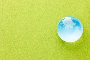青い地球と芝生の素材 [FYI00110182]